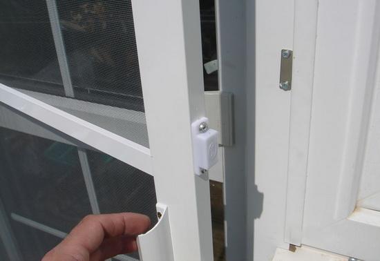 Основы установки сетки на дверь балкона